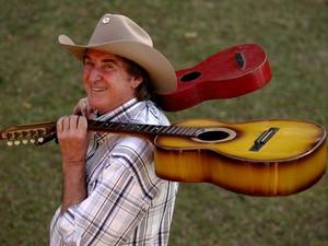 O cantor Sérgio Reis posa com violas sertanejas em sua casa na Serra da Cantareira, em São Paulo, em julho de 2006 (Foto: Valéria Gonçalves/Estadão Conteúdo)