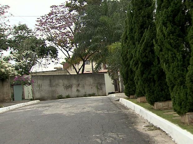 Condomínio residencial fecha rua em Belo Horizonte (Foto: Reprodução/TV Globo)
