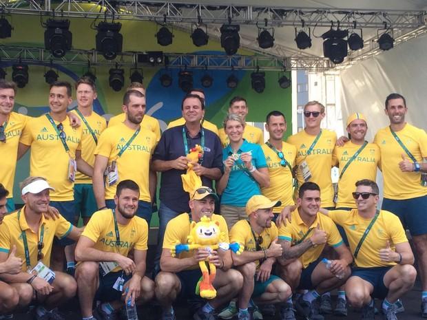 Paes entregou chave da Vila Olímpica para a delegação australiana e, em troca, ganhou um canguru (Foto: Matheus Rodrigues/G1)