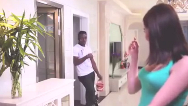 Fim de comercial com homem negro provocou polêmica (Foto: QIAOBI)