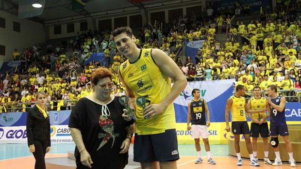 Sidão recebe o prêmio de melhor jogador do Sul-Americano (Foto: Divulgação/CBV)