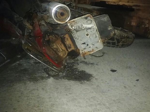 Motocicleta colidiu violentamente com um caminhão (Foto: Valdenor Pereira)