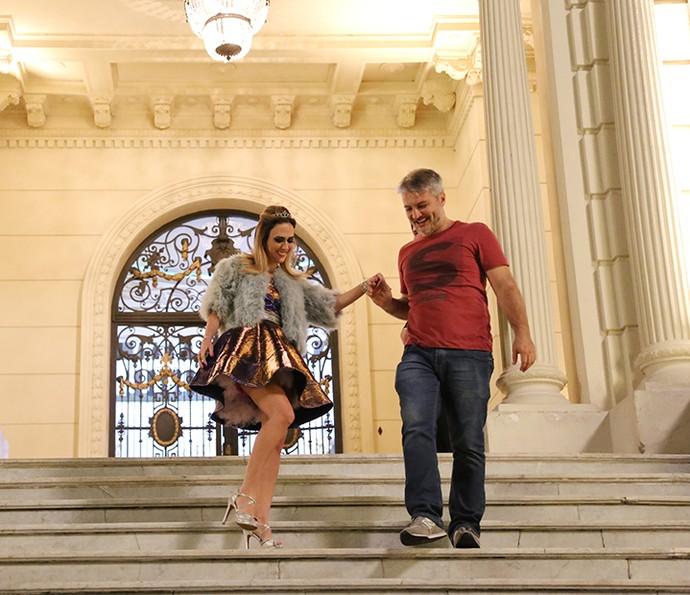 Tatá Werneck ensaia cena com o diretor Fred Mayrink no Palácio dos Cedros, locação eleita para a Mansão Abdala (Foto: Carol Caminha/Gshow)