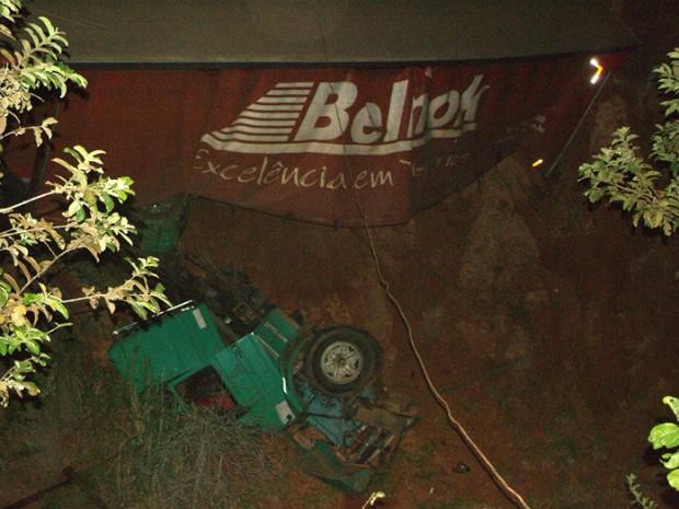 Motorista e passageiros ficaram presos nas ferragens e morreram no local (Foto:  José Hercilio/Taguaí Notícias)