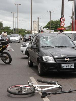 Ciclista de 16 anos foi atropelado na Via Expressa em Araraquara, SP (Foto: Kris Tavares/Tribuna Impressa)