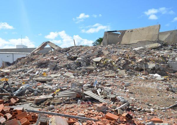 Local do desabamento recebeu visita de muitos curiosos (Foto: Daniel Soares/G1)