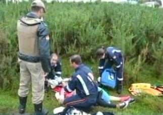 Mulher foi achada seminua e com a filha nos braços (Foto: Reprodução/RBS TV)