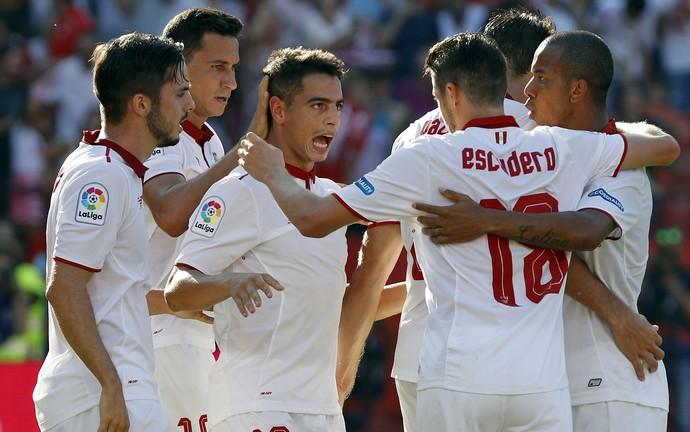 Ganso na comemoração do gol de Ben Yedder pelo Sevilla (Foto: EFE/Julio Muñoz)