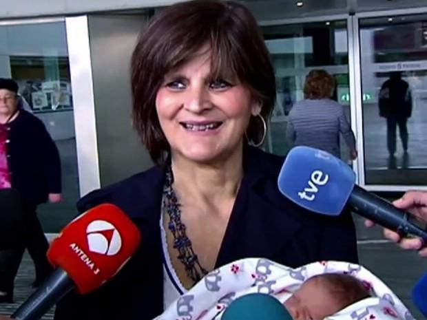 A médica Lina Alvarez encorajou mulheres mais velhas a terem filhos (Foto: Atlas TV / Via AP)