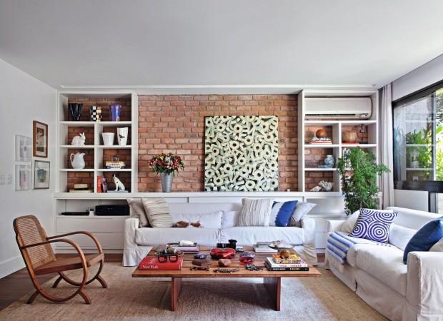 Neste projeto da designer de interiores Paola Ribeiro, a estante foi prevista com uma abertura exclusiva para o ar-condicionado modelo split. Execução da CS Marcenaria (Foto: MCA Estúdio / Editora Globo)