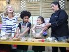 Minichefs! Mel Maia e JP Rufino preparam bolo de palito no Estrelas