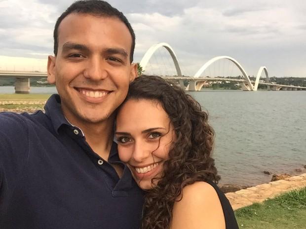 O engenheiro agrônomo Gabriel Miranda e a noiva, Alana Bomfim, perto da Ponte JK, um dos principais pontos turísticos de Brasília (Foto: Gabriel Miranda/Arquivo Pessoal)
