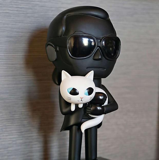A figura de Karl Lagerfeld com a gata Choupette foi presente de uma amiga (Foto: A figura de Karl Lagerfeld com a gata Choupette foi presente de uma amiga)