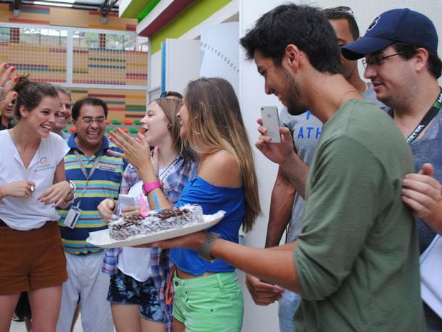 Rodrigo Simas, o Bruno, puxou o parabéns (Foto: Malhação / Tv Globo)