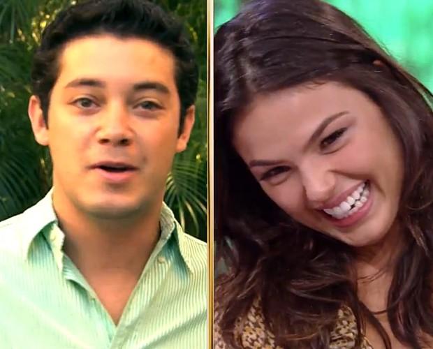 Atriz abre sorriso enquanto ouve o depoimento de um amigo (Foto: Domingão do Faustão / TV Globo)