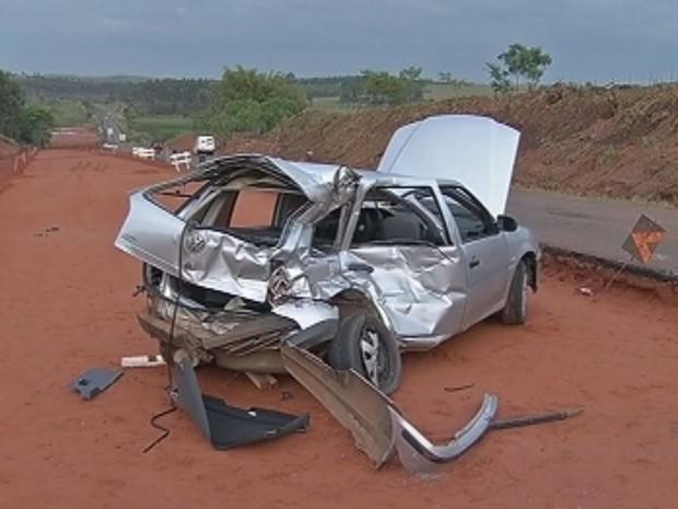 Motorista perdeu a direção e bateu o veículo contra um caminhão (Foto: Reprodução/TV Tem)
