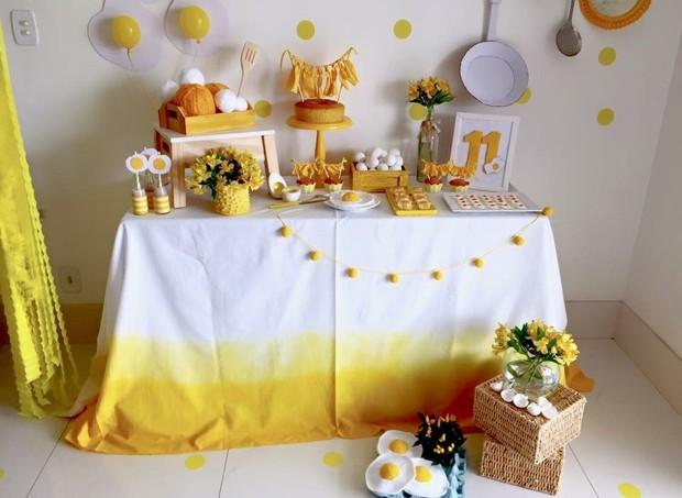 O amarelo da gema do ovo está presente em todos os detalhes da decoração (Foto: Arquivo Pessoal)