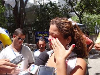 Jovem chegou atrasada e não segurou as lágrimas (Foto: Gabriela Alcântara/G1)