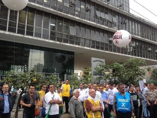 Balão contra o aplicativo Uber foi colocado em frente à Câmara Municipal de São Paulo (Foto: Carolina Dantas/G1)