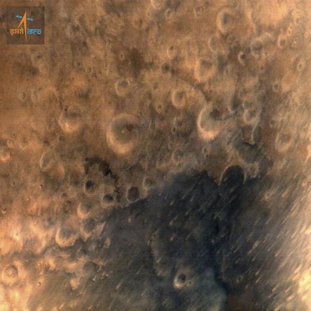 Superfície de Marte é vista na imagem divulgada pela sonda Mangalyaan, enviada pela Índia ao planeta vizinho (Foto: Divulgação/Escritório de Informações à Imprensa da Índia/Reuters)
