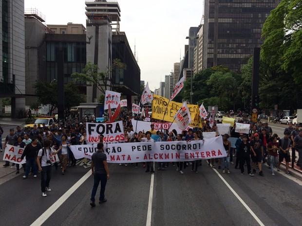 Estudantes protestam na Avenida Paulista na manhã desta sexta-feira (23) contra a reestruturação da educação (Foto: Will Soares/G1)