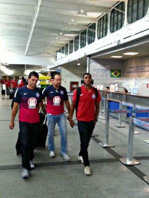 Lateral-direito Juan Camilo Angulo, do Bahia, no aeroporto de Salvador (Foto: Raphael Carneiro)