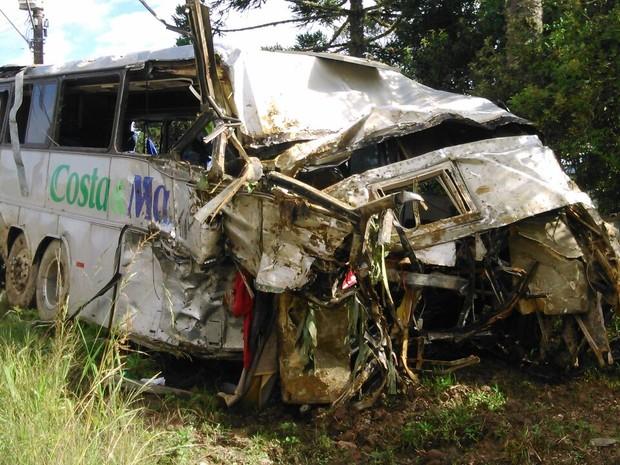 Ônibus foi levado para o pátio da PMRv em Campo Alegre (Foto: Jean Mazzonetto/RBS TV)
