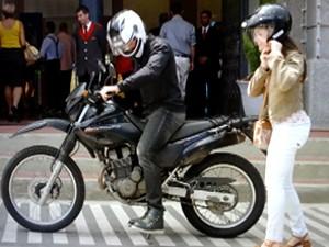 Carolina chega de moto com o fotógrafo (Foto: Guerra dos Sexos / TV Globo)