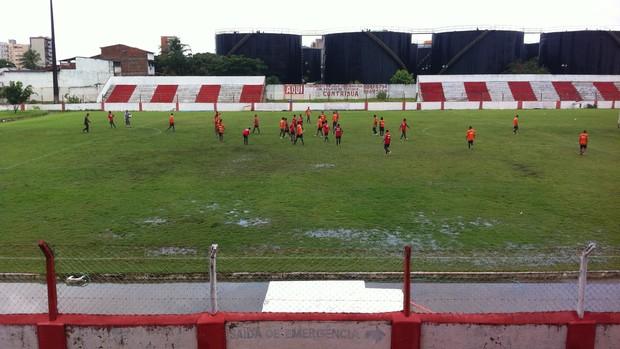 Campo ficou encharcado devido às fortes chuvas em Maceió (Foto: Henrique Pereira/ Globoesporte.com)
