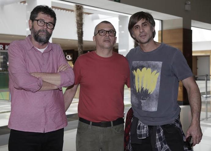 Marçal Aquino e Fernando Bonassi, autores da série, acompanhados do ator Nicolas Trevijano, o padre Nando (Foto: Artur Meninea / Gshow)