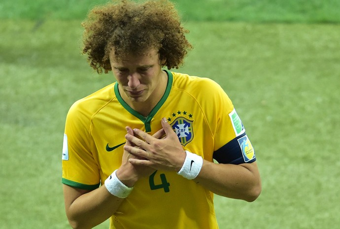 David Luiz se despede do campo em lágrimas