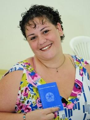 Tatiane com sua carteira de trabalho tirada no Ação Global (Foto: Divulgação TV Globo/ Kiko Cabral)