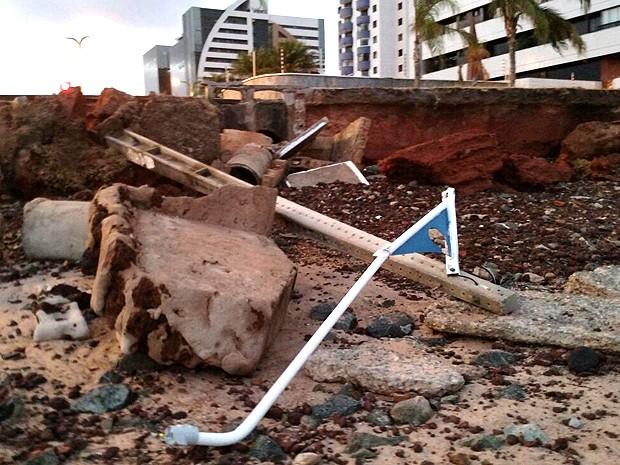 Maré derruba poste e destrói calçamento na orla de São Luís (MA) (Foto: Douglas Pinto / TV Mirante)
