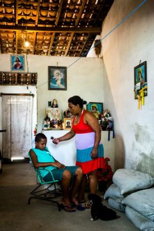 Vilma dos Santos da comunidade Palmeira dos Negros diz que crenças se misturam durante os benzimentos (Foto: Jonathan Lins/G1)
