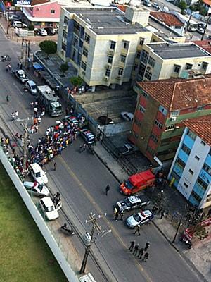 Homem fez filho e mulher reféns em Olinda (Foto: Kety Marinho / TV Globo)