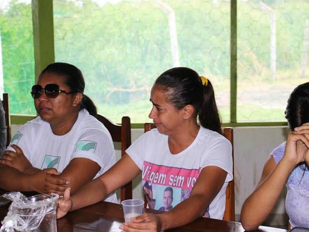 Esposas de homens desaparecidos durante reunião nesta manhã (Foto: Larissa Matarésio/G1 AM)