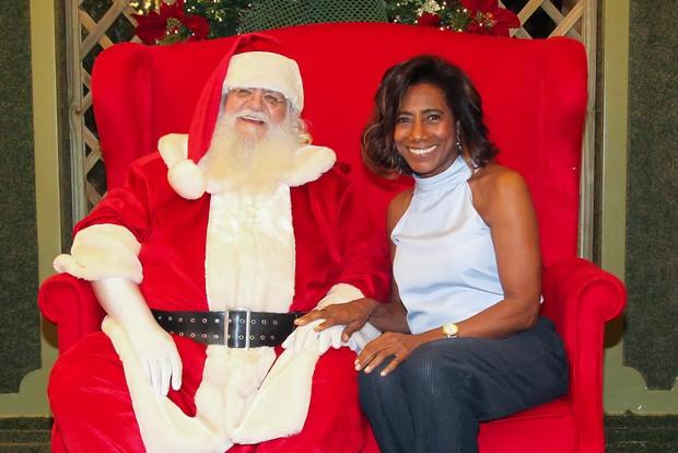Glória Maria tira fotos com papai Noel (Foto: Manuela Scarpa/Brazil News)