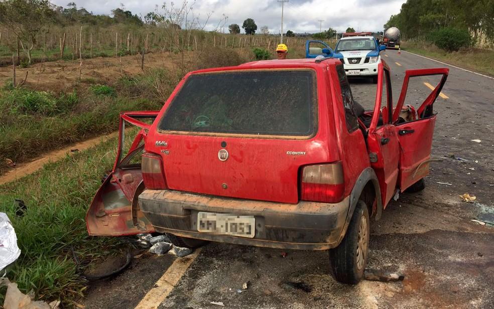 Carro de passeio foi atingido frontalmente por um caminhão (Foto: G1 BA)