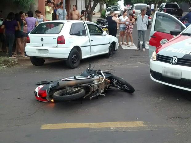 Acidente envolveu carro e moto em Lins (Foto: J. Serafim/Divulgção)