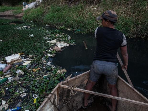 Mulher trabalha coletando todos os tipos de materiais recicláveis que o Rio Tietê  (Foto: Victor Moriyama/G1)