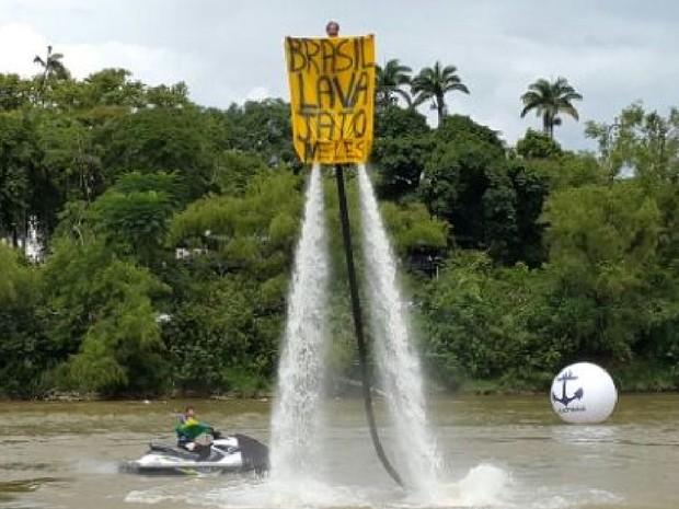 Cartaz menciona operação lava-jato em evento de Blumenau (Foto: Luiz Souza/RBS TV)