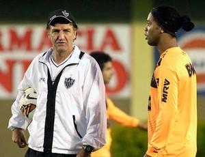 Cuca e Ronaldinho Gaúcho treino Atlético-MG Paraguai final Libertadores (Foto: Jorge Adorno / Reuters)
