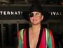 Chrissy Teigen usa look decotado e deixa sutiã à mostra nos EUA