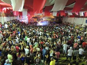 Público prestigiou em massa a festa no barracão da Consulado (Foto: Mariana de Ávila/G1)