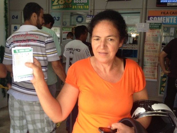 Se ganhar cuidadora Marieta Moraes da Silva, de 49 anos, vai ajudar a mãe Goiânia Goiás (Foto: Vanessa Martins/G1)