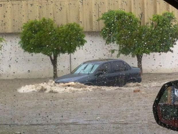 Avenida Almeida Barreto ficou alagada e motoristas se arriscaram em travessia (Foto: João Paulo / TV Paraíba)