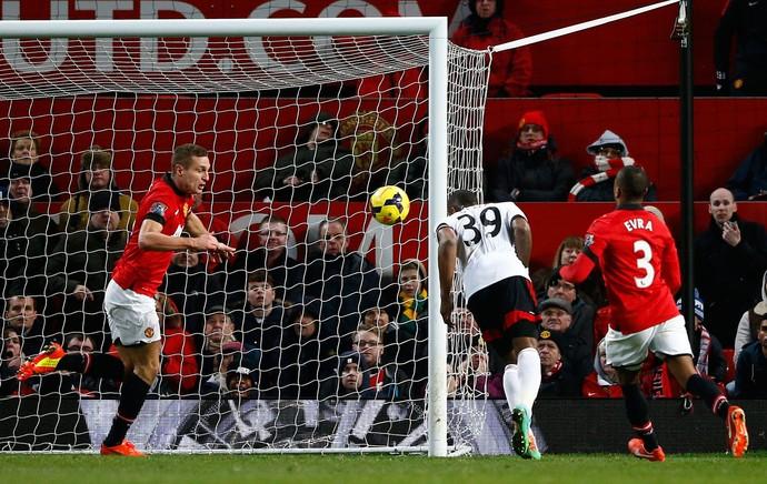 Darren Bent marca, Manchester United x Fulham (Foto: Reuters)