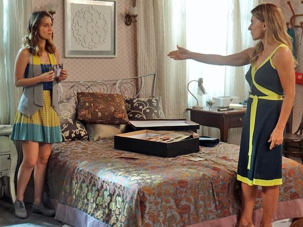 Kitty fica transtornada e exige que Laura devolva a sua foto (Foto: TV Globo)