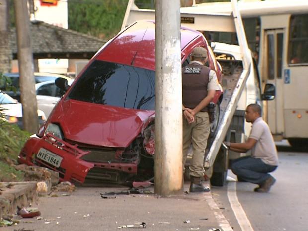 Mulher fica ferida após carro colidir em poste, na Av. Centenário (Foto: Reprodução/TV Bahia)