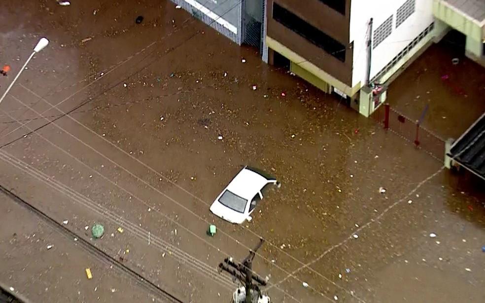Carro alagado na Zona Norte de SP  (Foto: Reprodução/ TV Globo)